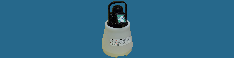 Savszivatyú, vízkőmentesítő berendezés, vízkőtelenítő berendezés és savazó berendezés sötét kék háttérrel